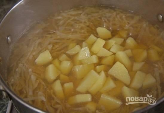 6. Добавьте нарезанный кубиками картофель.