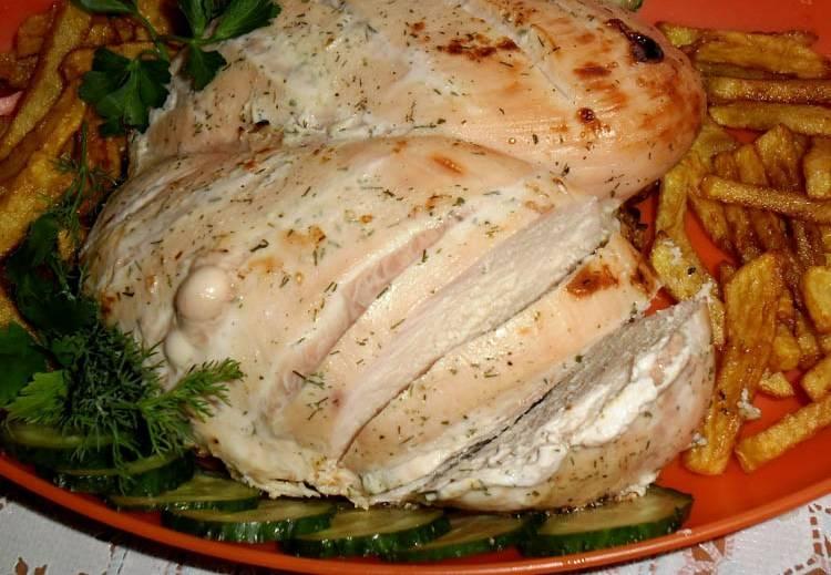 5. Вот такая красивая и сочная куриная грудка в кефире в мультиварке выглядит в готовом виде. За время ее приготовления можно сделать гарнир. Отлично подойдет картофель фри, любые овощи или каша.
