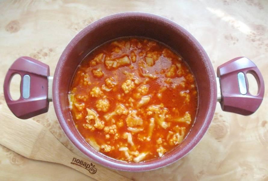 Варите цветную капусту в томате 10 минут, после добавьте уксус. Проварите еще 2-3 минуты и выключайте.