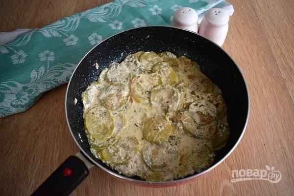 Подавать кабачки, тушенные в сметане, можно горячими и холодными.