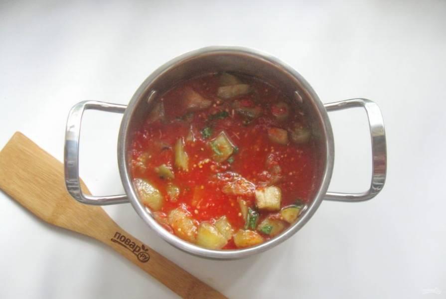 Перемешайте все ингредиенты. Проварите баклажаны в соусе 5-7 минут и выключайте.
