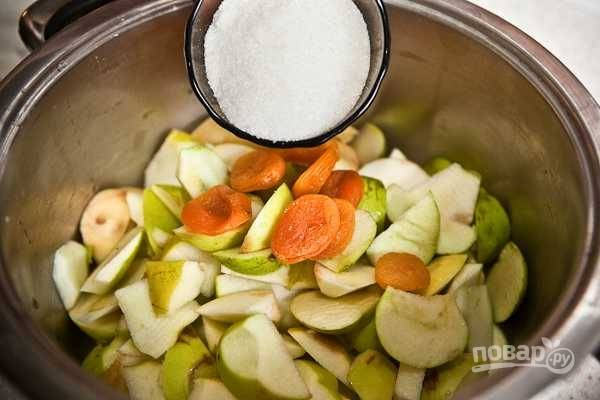 3. Всыпьте сахар и залейте воду.