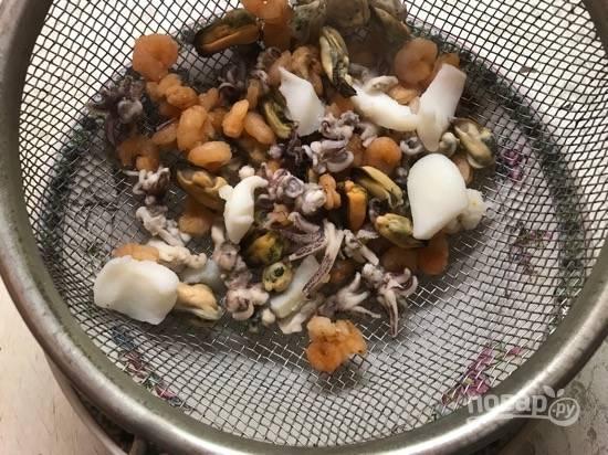 3. Готовые морепродукты откиньте на дуршлаг, чтобы стекла вся жидкость.