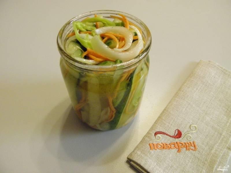 Спустя три часа разложите овощи очень плотно по баночкам, заполняя пространство образовавшимся соком.