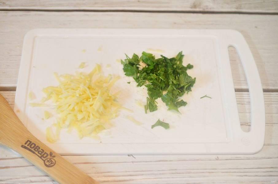 3. Зеленый лук нарежьте, сыр натрите.