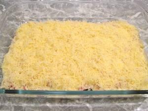 """5. Продолжаем повторять слои, пока ингредиенты не закончатся. Посыпаем тертой """"Гаудой"""" слой примерно посередине лазаньи, а обычным тертым сыром посыпаем уже готовую к выпечке лазанью."""