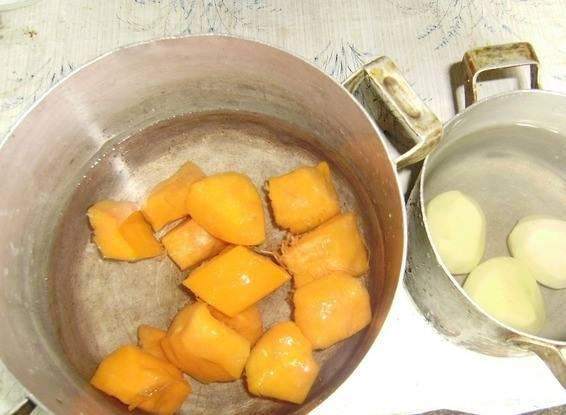 Тыкву нарежьте на кусочки произвольной формы и размера, очистите от кожуры. Картофель также почистите и промойте. Отварите до готовности оба овоща в разных кастрюльках.