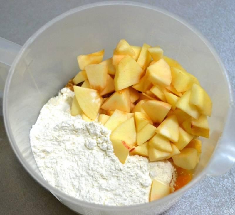 Добавьте мучную смесь и порезанные яблоки.