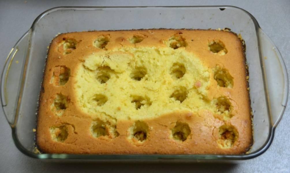 С помощью подходящего предмета сделайте в пироге углубления.