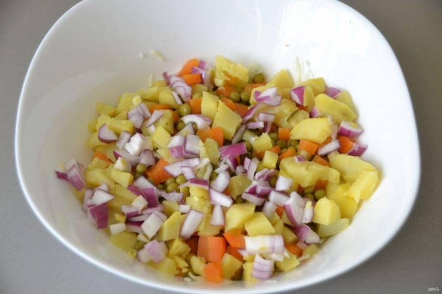 Мелко нарезанный лук добавьте в винегрет.