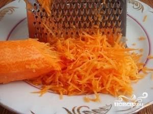 Морковь помойте, почистите и натрите на мелкой тёрке.