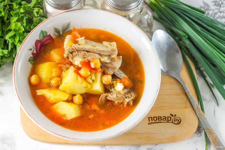 """Готовый суп """"Путук"""" выложите в глубокую тарелку или подайте к столу в горшочке, так он дольше будет оставаться горячим."""