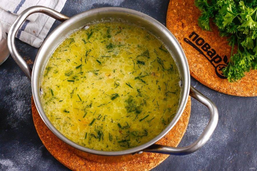 Попробуйте суп на вкус, промойте и измельчите укроп, добавьте в емкость за 1-2 минуты до выключения нагрева.
