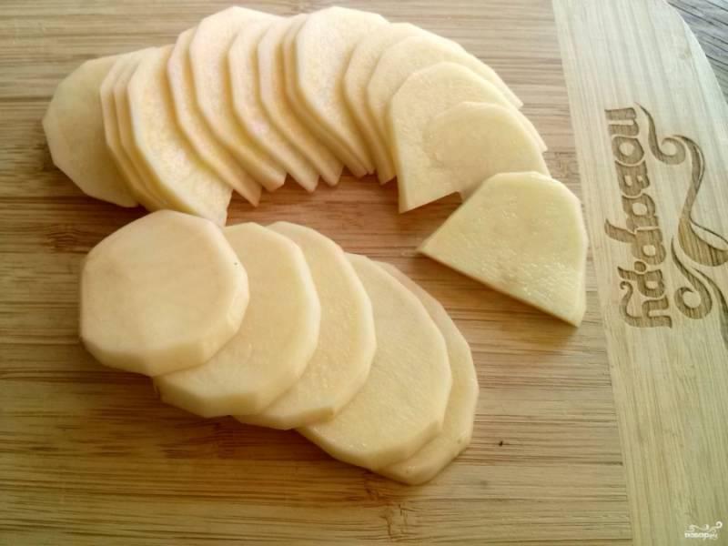 Картофель нарежьте тонкими ломтиками.