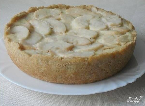 5.На мультиварке поставьте режим «выпечка» на 1 час 20 минут. Если верх пирога останется жидковат, выпекайте его еще 10 минут. Оставьте пирог в мультиварке до полного остывания. Это займет около часа времени. Аккуратно выньте его из чаши.