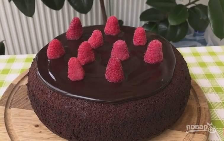 8. Шоколадный кекс можно есть сразу. Полейте его сверху шоколадной помадкой и украсьте по своему желанию.