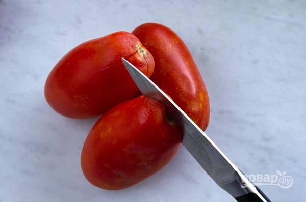 2. Вымойте помидоры, сделайте небольшие надрезы. Опустите в кипяток на пару минут, затем остудите и очистите от кожицы.