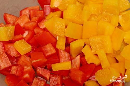 2. Пока лук маринуется, подготовить остальные ингредиенты. Нарезать красный лук, болгарский перец и огурец кубиками размером около 1 см. Нарезать помидоры черри. Раскрошить сыр Фета.
