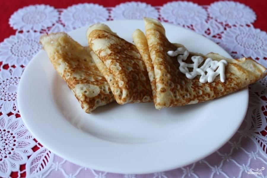 4.Готовые блины перекладываем на тарелку и сворачиваем конвертиком, подаем со сметанкой. Приятного аппетита!