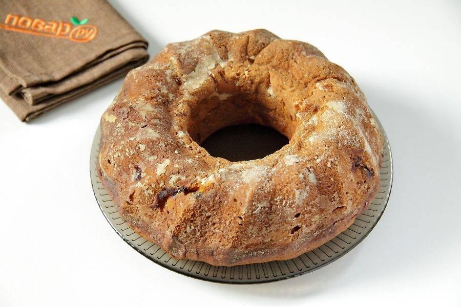 Выпекайте кекс при 180 градусах около часа. Готовность можно проверить деревянной шпажкой. Дайте выпечке немного остыть, после чего аккуратно извлеките из формы и переложите на тарелку.