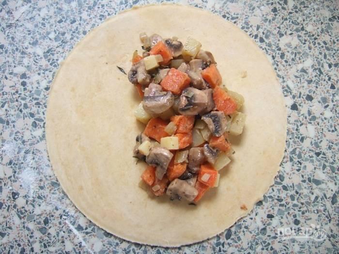2.Каждый гриб разрежьте на 2-4 части (в зависимости от размера), измельчите лук. Обжарьте на сковороде лук с грибами. Картофель и батат нарежьте кубиками и запекайте на противне в разогретом до 180 градусов духовом шкафу 20 минут, посыпав сушеным тимьяном. Смешайте нарезанный сыр, овощи и сливки. Выложите немного начинки на одну сторону кружочка.
