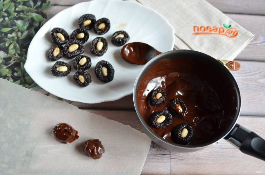 5. Каждую начиненную орехом черносливину окуните в жидкий шоколад.