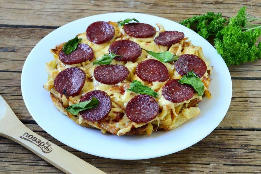 Пицца на картошке фри готова. Подавайте горячей. Пицца получается очень сытной, поэтому с ней можно подать легкий овощной салатик, чтобы немного разбавить вкус.