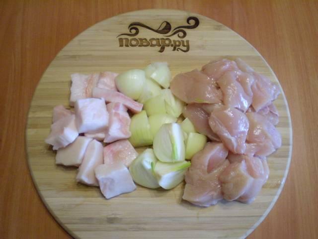 2. Нарезаем на кусочки для удобства лук, мясо и сало.