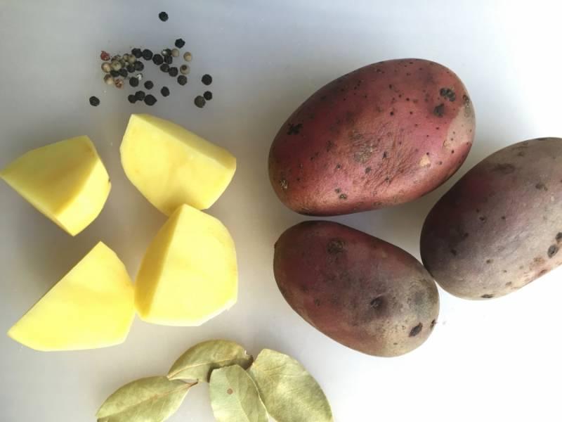 Тем временем приготовим гарнир - картофельное пюре. Очистите картофель, порежьте его некрупными кусочками и поставьте вариться до готовности в подсоленную воду. Когда картофель сварится, добавьте к нему сливочное масло и молоко, разомните толкушкой в нежное пюре.