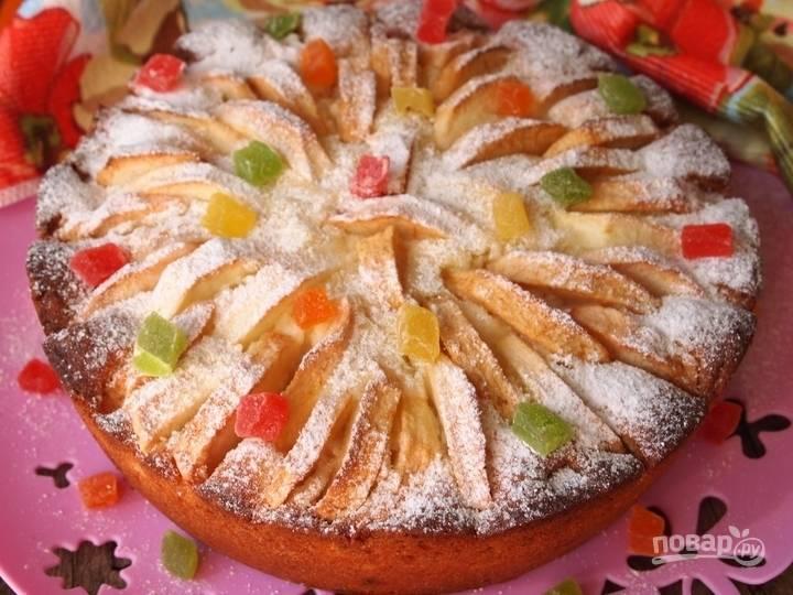 8.После выпекания сразу не достаю пирог, а оставляю его в духовке на 15 минут, после чего уже вынимаю его и украшаю сахарной пудрой.