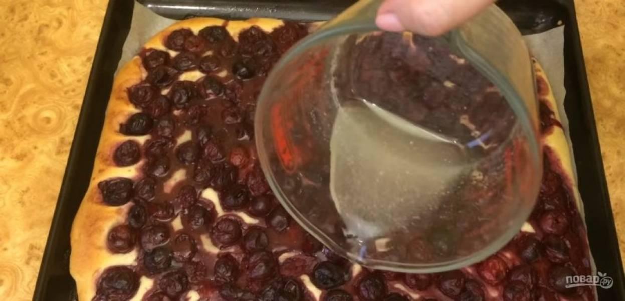 6. Помешивая, дайте сахару полностью раствориться и снимите смесь с огня. Горячий пирог полейте сиропом и снова отправьте в духовку на 10 минут. Посыпьте пирог сахарной пудрой. Приятного аппетита!
