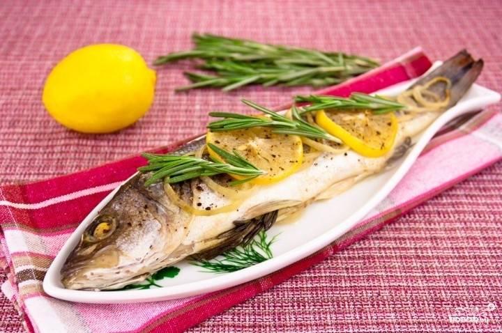 7. Перед подачей форель также можно украсить долькой лимона.