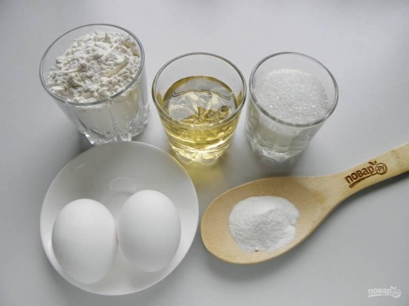 Сначала подготовьте продукты для бисквита. Понадобится полтора стакана муки, два яйца, три столовых ложки сахара, три столовых ложки меда и разрыхлитель теста. Можно добавлять ванилин.