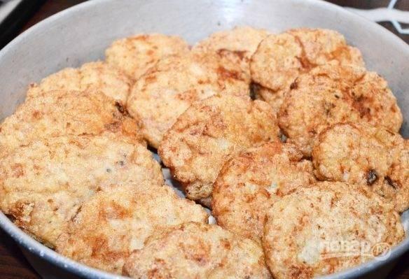 Обжарьте котлеты в масле на сковороде (пару минут с каждой стороны, чтобы цвет стал золотистым).