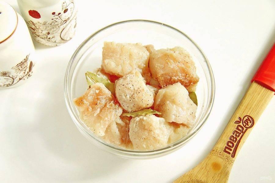 Щуку разделайте на филе и нарежьте небольшими кусочками. Добавьте лимонный сок, соль, перец, лавровый лист, все перемешайте и оставьте рыбу мариноваться на 30 минут.