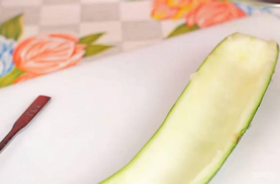 1. Для начала разрежьте кабачок вдоль на две части. С помощью ложки выньте середину из кабачка и мелко ее нарежьте.