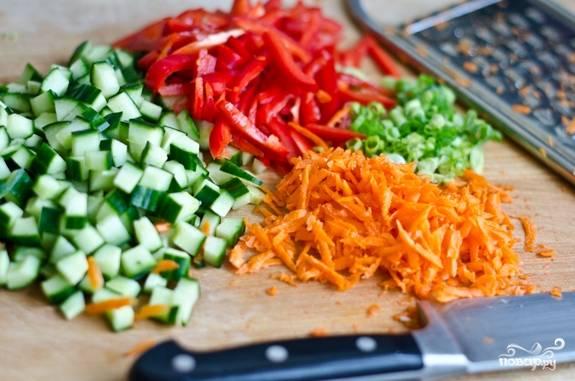 2. Вымойте, обсушите, очистите и измельчите перец, морковь, зеленый лук, огурец. Используйте в этот рецепт приготовления киноа для похудения любые свежие овощи, которые вам по вкусу.