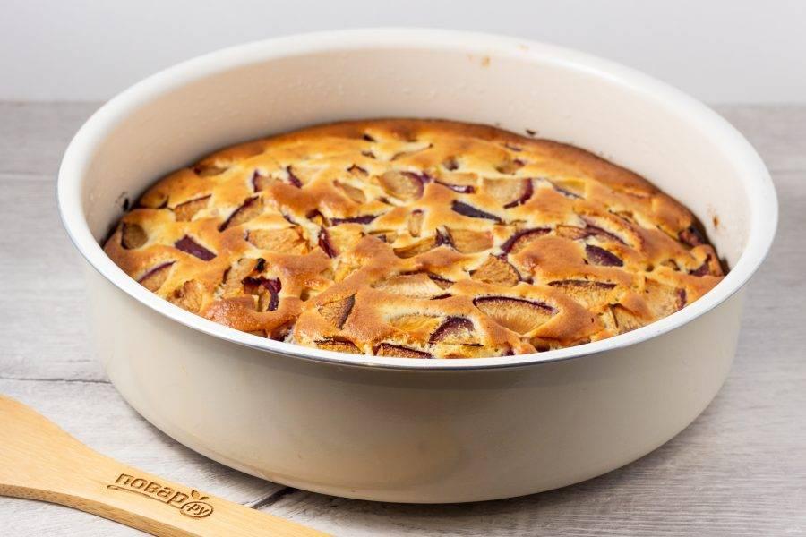 Выпекайте пирог 40-45 минут при температуре 180 градусов. Затем остудите и аккуратно достаньте из формы. Перед подачей украсьте сахарной пудрой.