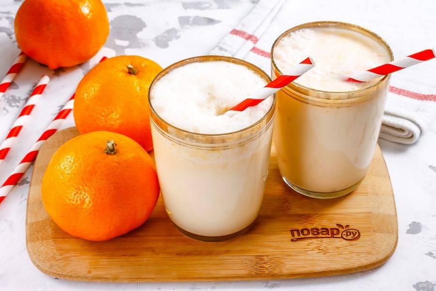 Разлейте молочный коктейль в стаканы или чашки, поместите в них трубочки и сразу же подайте к столу, пока на поверхности напитка сохраняется пышная пена.