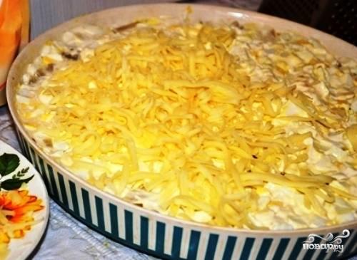 Последний слой состоит из твердого сыра, натертого на крупной терке. Все, салат готов. На свое усмотрение украшайте его, но я думаю, что  тут больше ничего и не надо.