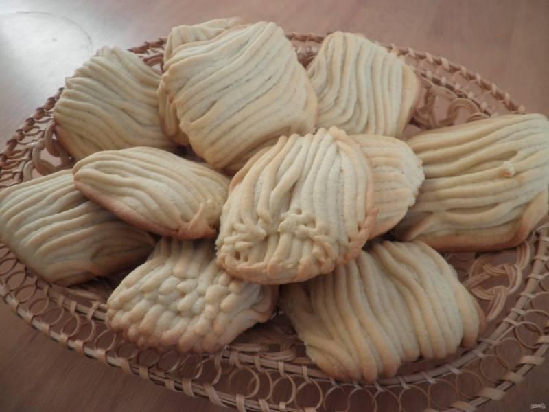 7.Запекайте печенье в разогретом до 180 градусов духовом шкафу 15-20 минут. Остудите его и наслаждайтесь.