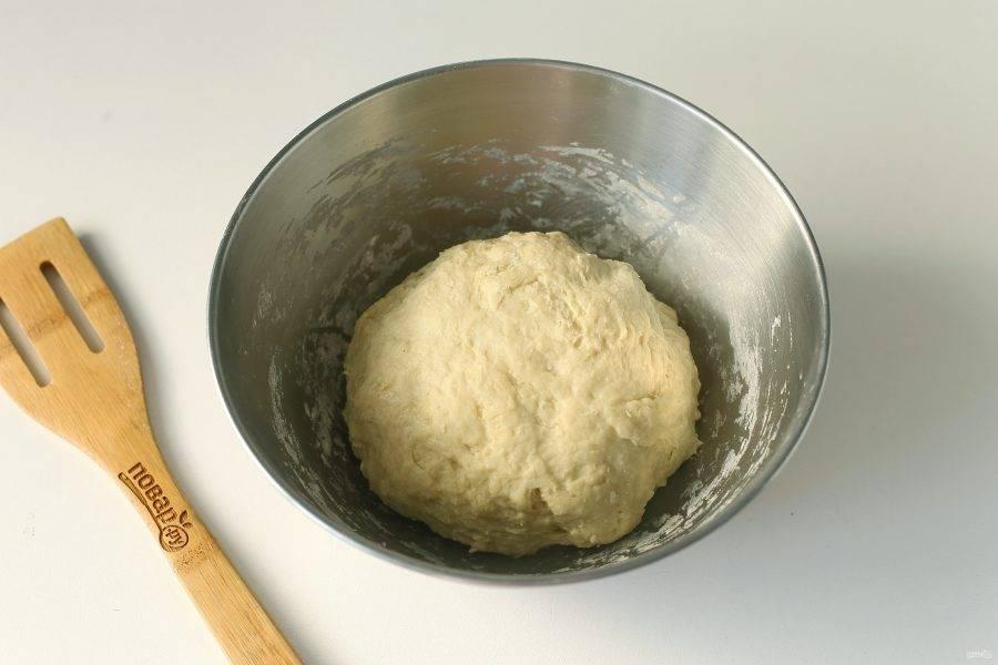 Замесите мягкое, чуть липкое тесто. Соберите его в шар, накройте полотенцем и оставьте на 30 минут.
