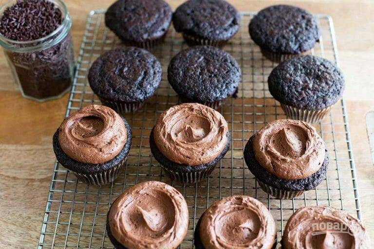 5.Нанесите полученную глазурь на остывшие кексы, сверху посыпьте шоколадной присыпкой.
