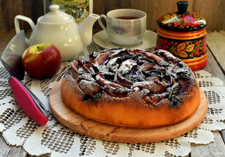 Заливной пирог с яблоками и черной смородиной в мультиварке