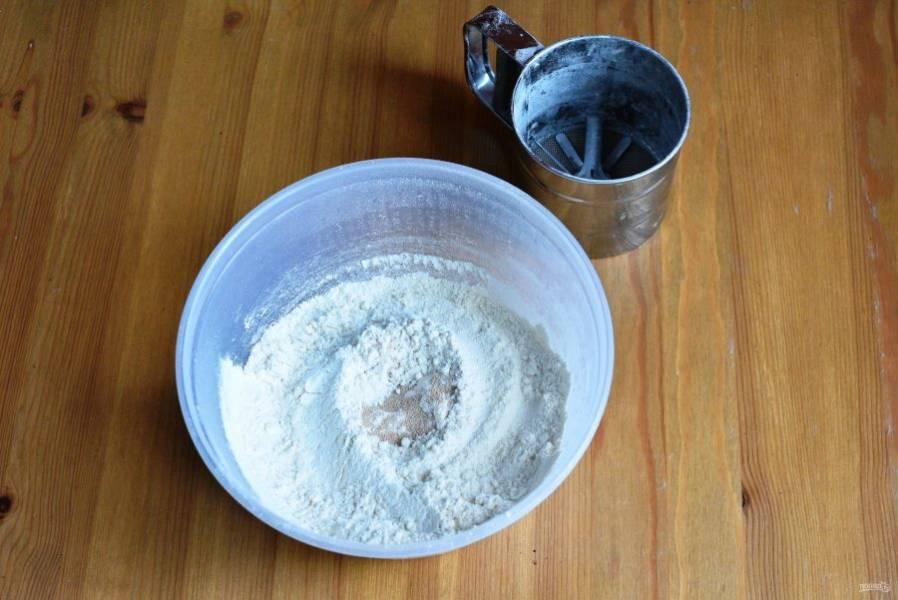 Просеянную муку смешайте с сахаром, солью и сухими дрожжами.