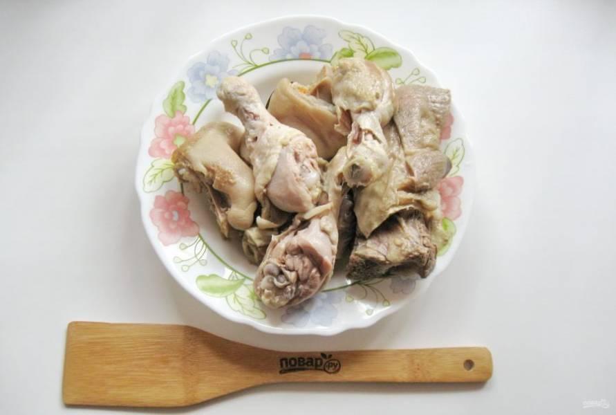 Когда ножка и говядина будут практически готовы, добавьте помытые куриные голени. Холодец посолите по вкусу и варите еще 30-40 минут. После достаньте отварное мясо из кастрюли.