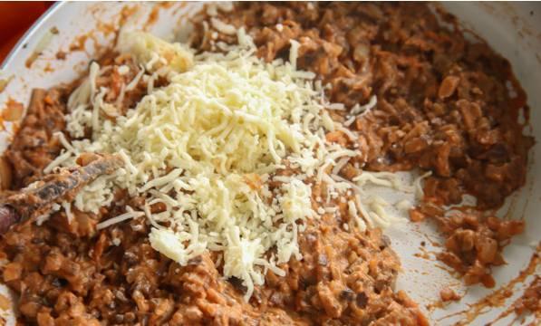 2. В самом конце добавим тертый сыр и перемешаем, чтобы он равномерно распределился.
