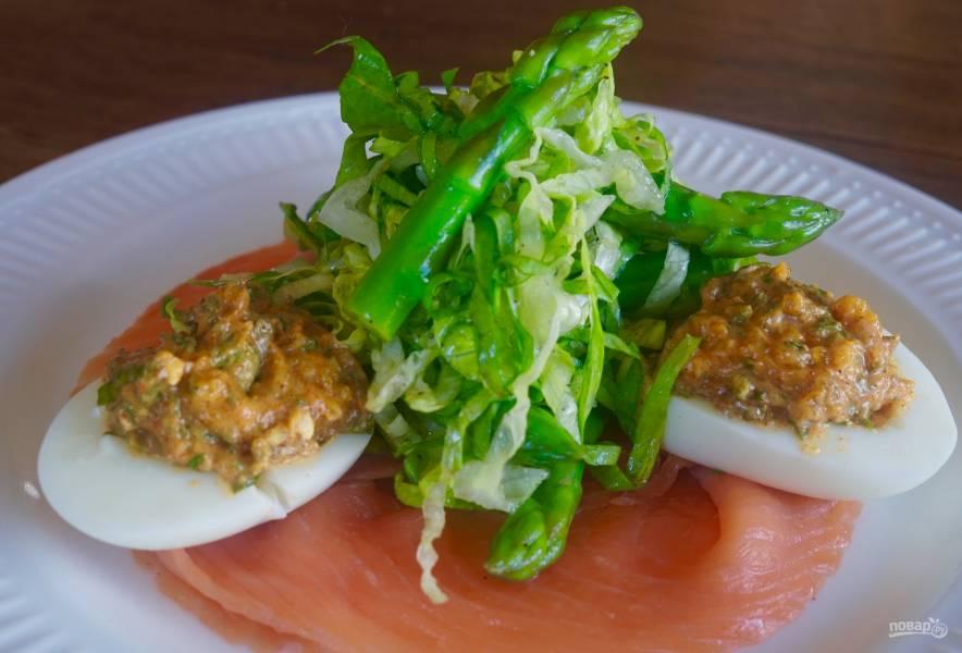 Фаршированные яйца с лососем и спаржей