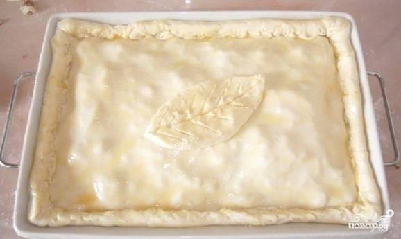 Хорошенько закрепите края теста, чтоб начинка не вытекала во время приготовления. Вы можете украсить пирог по собственному вкусу, например — вырезать из теста листочек или цветы.