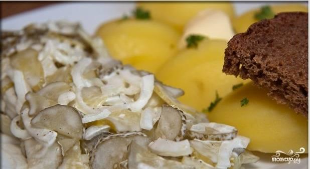 Подаем салат с солеными огурцами в качестве гарнира с основным блюдом. Приятного аппетита!